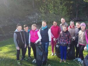 Elevi participanţi la acţiunea ecologică organizată