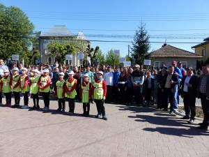 """Peste 200 de copii au participat la prima ediţie a concursului de atletism """"Viitorii campioni"""", din Liteni"""