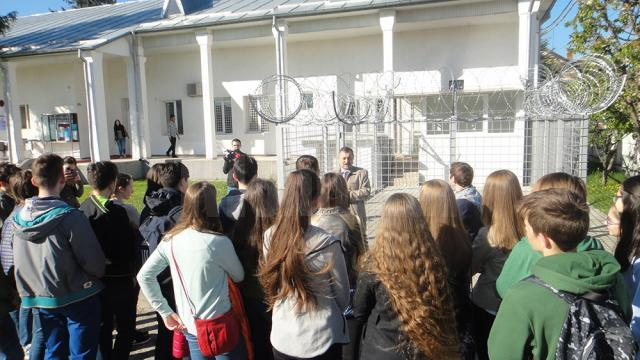 Elevi în vizită la centrul de refugiaţi