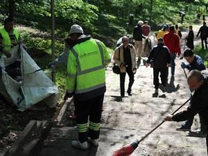 Sute de voluntari au curăţat vineri aleile şi zonele adiacente, în parcul Şipote