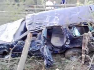 În urma impactului ambele maşini au fost proiectate în afara drumului