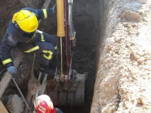 Un muncitor surprins sub un mal de pământ, salvat de pompieri la Frasin