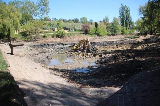 Administrația locală continuă lucrările pentru curățarea celor două lacuri, la unul fiind aproape finalizate