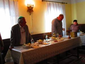 Preşedintele Sorin Golda şi oficiantul religios Daniel Blumenfeld, rugăciune la Seder