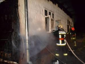 Pompierii au intervenit cu şase autospeciale pentru a mai salva ceva din gospodăria din Straja cuprinsă de flăcări