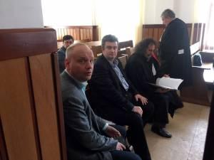 Ovidiu Donţu, Cătălin Nechifor, Tiberius Brădăţan şi avocaţii Vasile Tudor şi Ioan Ursărescu, în aşteptarea judecaţii