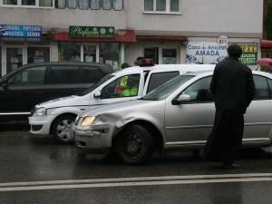 Şoferul autoturismului nu s-a asigurat la schimbarea benzii şi a acroşat autoutilitara
