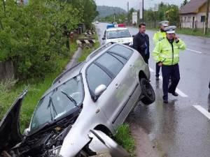 Maşina a ieşit brusc în afara drumului, pe o porţiune în linie dreaptă