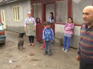 O întreagă familie este terorizată de vecinii cu care se află în conflict