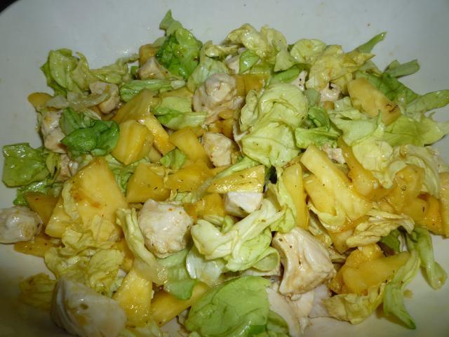 Salată în straturi, de pui cu ananas - Foto: mi-aime-zot-tout.com