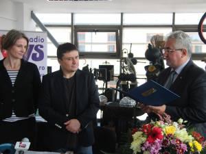 Primarul Ion Lungu i-a înmânat regizorului Cristian Mungiu o diplomă de excelență pentru dezvoltarea și promovarea filmului românesc
