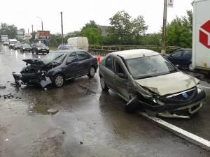 Accidentul a avut loc după ce autoturismul Dacia Logan a intrat pe contrasens şi a izbit frontal un alt autoturism