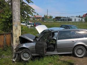 Şoferul şi cele două pasagere din BMW au fost răniţi