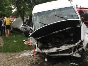 Şase oameni au fost răniţi după ce vehiculul s-a izbit violent într-un cap de pod