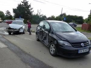 Autoturismul VW a fost avariat, iar cei doi copii din interior au ajuns la spital