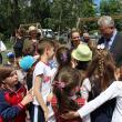 Primarul Ion Lungu, înconjurat de copii, la locul  de joacă modernizat din Burdujeni