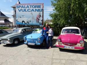 Trei dintre maşinile cu care familia Romaniuc va participa la parada de la Gura Humorului