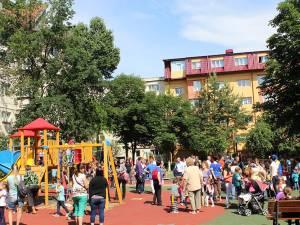 Noul loc de joacă din cartierul Obcini este un real motiv de bucurie pentru cei mici, dar şi pentru părinţi