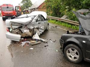 Trei autoturisme implicate într-un grav accident la Ilișești