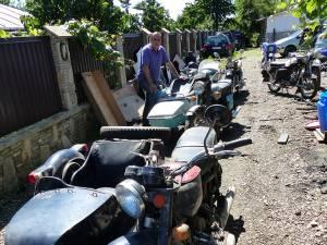 Motocicletele cu ataş au dispărut de ani buni de pe şosele, nu şi din curtea bărbatului din Ipoteşti