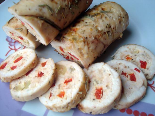 Rulouri de pui cu nuci și cascaval. Foto: caietulcuretete.com