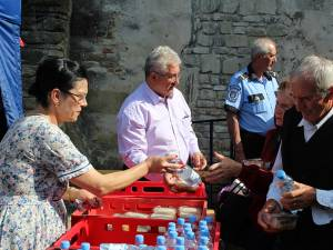 Primarul Sucevei, Ion Lungu, împreună cu soţia sa, Luminiţa, a împărţit 5.000 de sarmale şi sticle de apă celor veniţi să se roage la Mănăstirea Sf. Ioan cel Nou