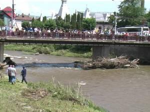 Bărbatul a fost văzut ultima oară chiar în zona podului de peste râul Dorna, pe care se adunaseră zeci de oameni