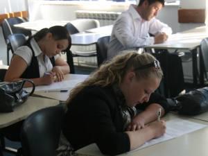 6.671 de elevi susţin luni prima probă a examenului de final de clasa a VIII-a
