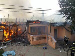 Flăcările s-au extins de la anexă la casă