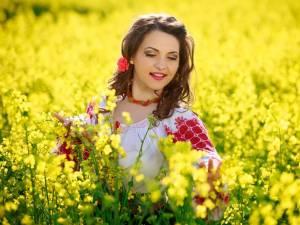 Interpreta de muzică populară Laura Olteanu va lansa în curând două albume cu  melodii de petrecere