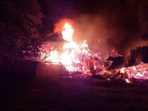 Flăcările devastatoare au cuprins pe rând întreaga gospodărie, transformând totul în scrum
