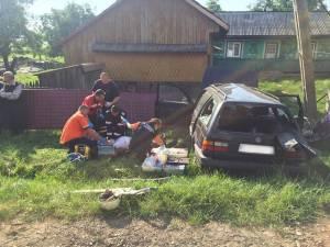 Maşina s-a izbit violent într-un stâlp de pe marginea drumului