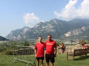 Gabriel Bularda, alături de antrenorul Cristian Prâsneac la europenele de alergare montană din Italia