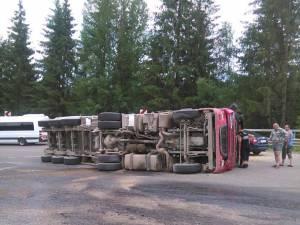 Autovehiculul greu a fost scos cu greutate de pe carosabil
