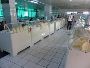 În plină vară, brânza se vinde în Piaţa Mare la tarabă