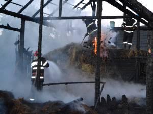Incendiu de proporţii, în care au ars un magazin şi o sală de evenimente