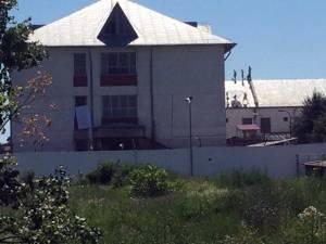 Deţinuţi urcaţi pe acoperişul Penitenciarului Botoşani