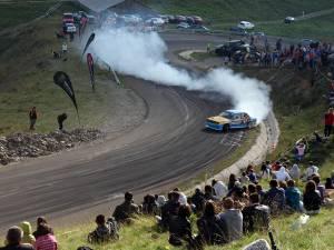 Sute de spectatori au urmărit cu sufletul la gură evoluţia piloţilor de drift pe circuitul montan