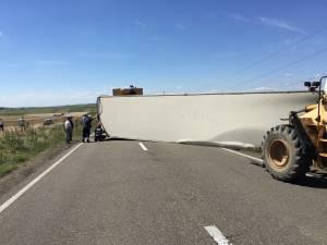 Trafic blocat pe DN 2 în zona Bălcăuţi, după ce un autotren s-a răsturnat de-a curmezişul carosabilului
