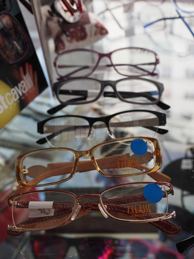 Ochelarii semnalizaţi la raft cu bulina albastră au reducere de 50% la rame
