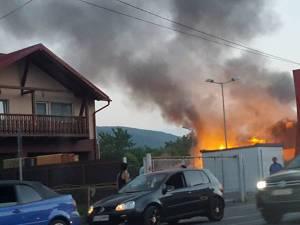 Incendiul propagat la orele serii a cuprins cu repeziciune cele doua anexe ale gospodăriei