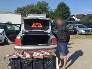 Cele 2.000 de pachete de ţigări erau ascunse în interiorul portbagajului maşinii urmărite în trafic