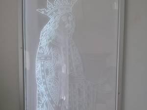 Tabloul din sticlă care îl reprezintă pe Ştefan cel Mare în picioare, după modelul picturii de la Mănăstirea Voroneţ