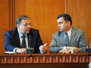 Şeful administraţiei judeţene, Gheorghe Flutur, şi preşedintele CCI Suceava, Nicolae Troaşe