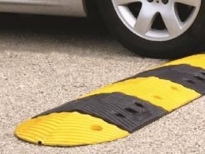 """Limitatoarele de viteză tip """"spinare de măgar"""" montate pentru prevenirea accidentelor rutiere în """"curba morţii"""" de pe DN 17, din localitatea Prisaca Dornei, contestate vehement de localnici şi de primar. Sursa: limitatoareviteza.ro"""