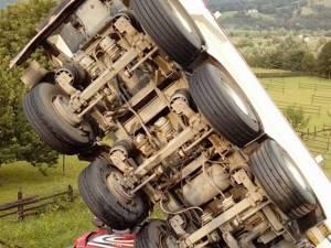 Remorca vehiculului greu s-a răsucit şi a rămas suspendată pe verticală, peste cabina transformată într-un morman de fiare