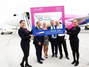 Gheorghe Flutur şi Ioan Măriuţa împreuna cu reprezentanţii Wizz Air
