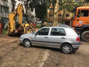 Amenajarea parcării rezidenţiale de pe Luceafărului, blocată de maşinile lăsate parcate în şantier