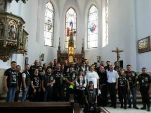 Însoţiţi de Gheorghe Flutur, motocicliştii au vizitat Basilica Minor din comuna Cacica