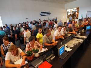 Câteva sute de persoane au aşteptat degeaba câteva ore pentru rezolvarea problemelor la nivel naţional la softul folosit de această instituţie